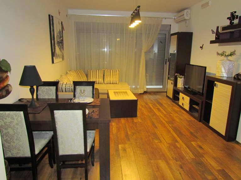 Новая квартира с 1 спальней в центре Будвы в 50 метрах от моря.